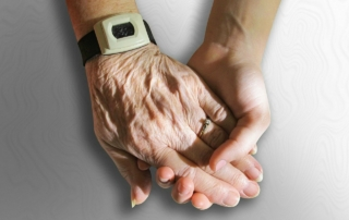 Pflegestufe bei der TK: Die Hand einer alten Dame hält die Hand einer jungen Dame zur Unterstützung