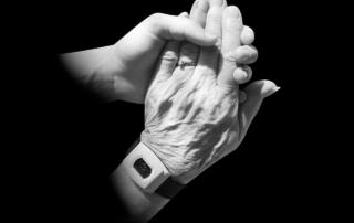 Pflege: Hände haltend