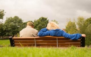zwei Senioren sitzen zusammen