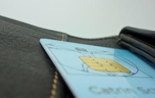 AOK - Gesundheitskarte auf einem schwarzen Portemonnaie