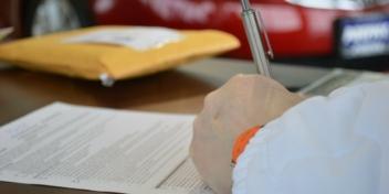 Pflegegrad bei der BARMER beantragen: eine Frau füllt das Formular aus