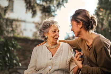 Pflegegrad bei TK antragen: eine junge Frau informiert ihre Oma darüber